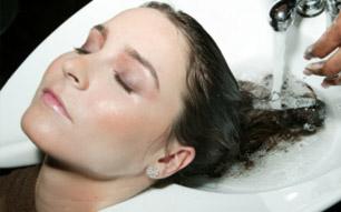 Lavar com frequência os cabelos: prejudica ou fortalece os fios?